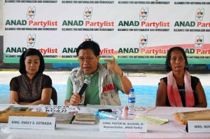 Mrs. Emily Estrada, and Mrs. Bennic Obiso, mother of Albert and Regina respectively, with Cong. Jun Alcover, during a press conference in St. Theresa Covered Court, Sta. Mesa last September 24, 2009.